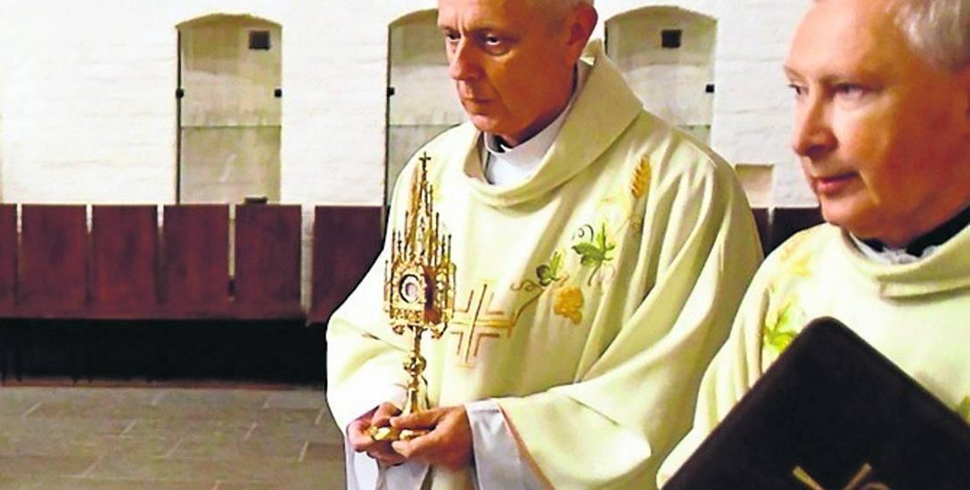 Relikwie św. Jana Pawła II są już w katedrze. Na zdjęciu: ks. Wacław Łukasz (z lewej) i proboszcz ks. Henryk Romanik