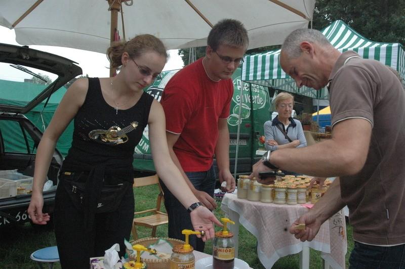 Oliwia Dzieweczyńska z Głogowa (po lewej), studentka prawa, pomaga tacie produkować i sprzedawać miód. W Przemkowie za darmo częstowała słodkim wyrobem.
