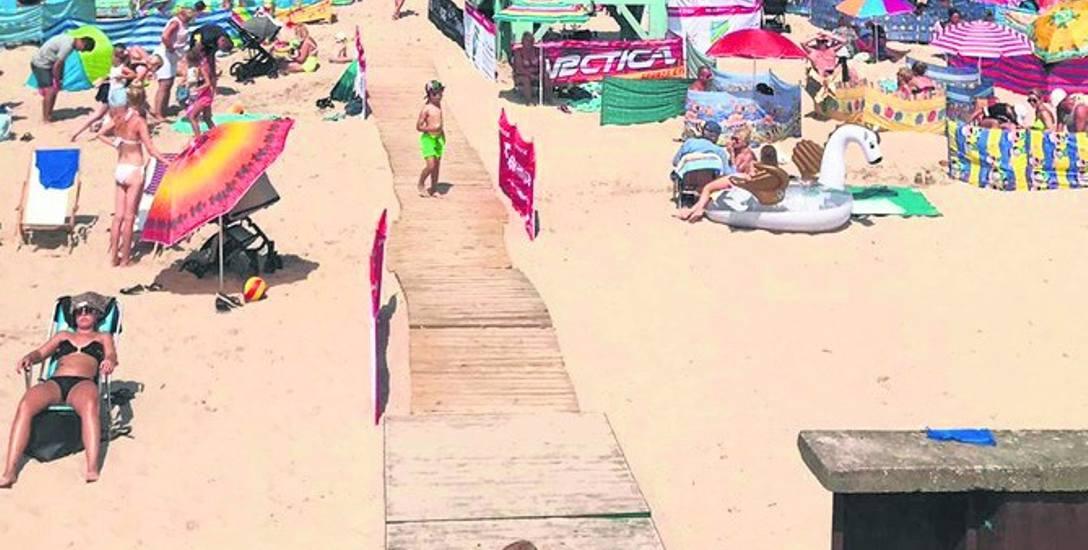 Drewniane pomosty na plaży. Korytarz życia dla ratowników