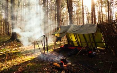 W całej Polsce są wyznaczone miejsca do nocowania w lesie