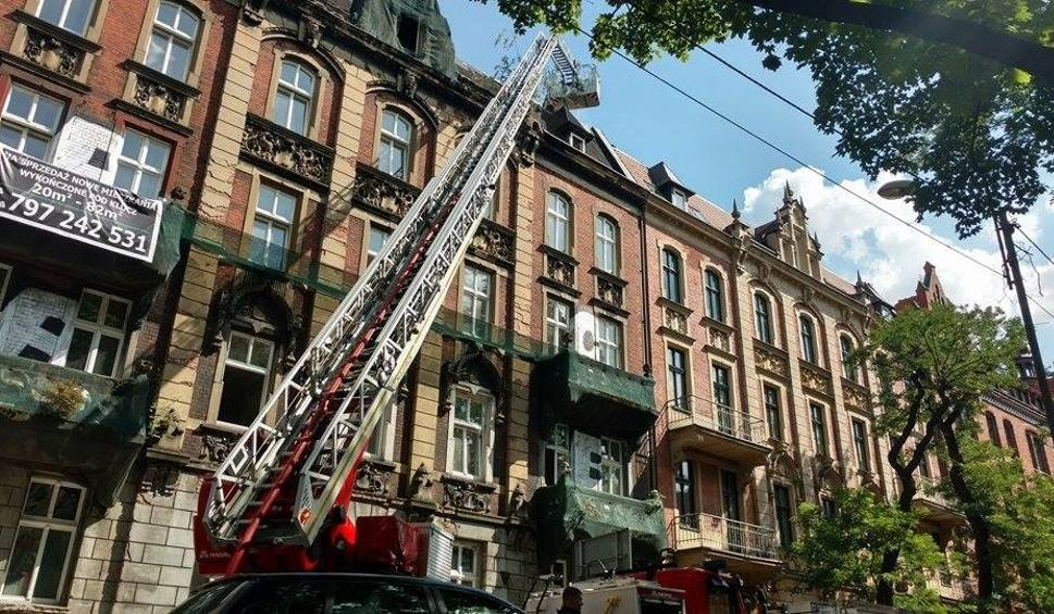 Film do artykułu: Pożar w centrum Katowic. Paliła się kamienica przy Damrota WIDEO+ZDJĘCIA