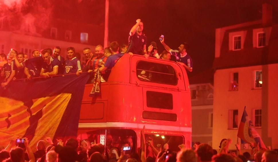 Film do artykułu: Piast Gliwice świętuje mistrzostwo Polski ZDJĘCIA Kibice fetowali zwycięstwo na ulicach
