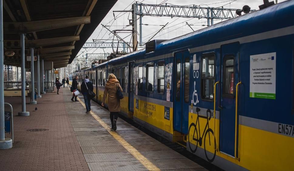 Film do artykułu: Dwie osoby potrącone przez pociągi na torach SKM. Wypadki w niedzielę, 2.05.2021 r. Były opóźnienia w ruchu pociągów