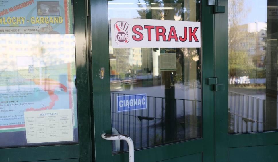 Film do artykułu: Strajk nauczycieli: Nauczyciele strajkują też w gminach wokół Poznania. Dzieci mają zapewnioną opiekę. Co z egzaminami?