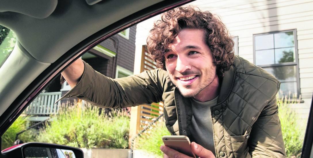 Uber przez mobilną aplikację kojarzy kierowców i pasażerów. Dużym plusem są płatności bezgotówkowe