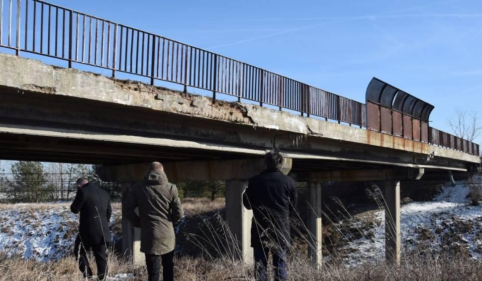 Film do artykułu: Wiadukty w powiecie włoszczowskim sypią się. Spadające fragmenty betonu zagrażają bezpieczeństwu podróżnych
