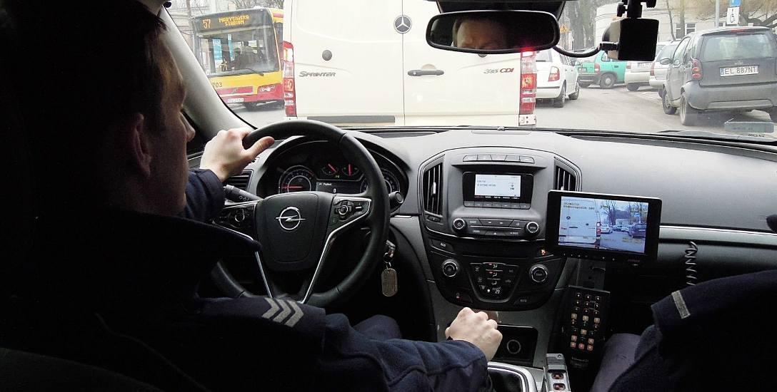 Policja w Łodzi. Załogi tego policyjnego nieoznakowanego opla zatrzymały już wielu piratów drogowych