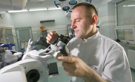 Dr Adam Druszcz przewodził zespołowi specjalistów, którzy przeprowadzili operację.
