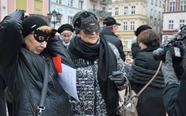 Jak wygląda świat przez ciemne okulary? Kobiet nie uskrzydla, a na demonstracji nie brakowało akcesoriów w tym kolorze. I śpiewania pieśni, w której