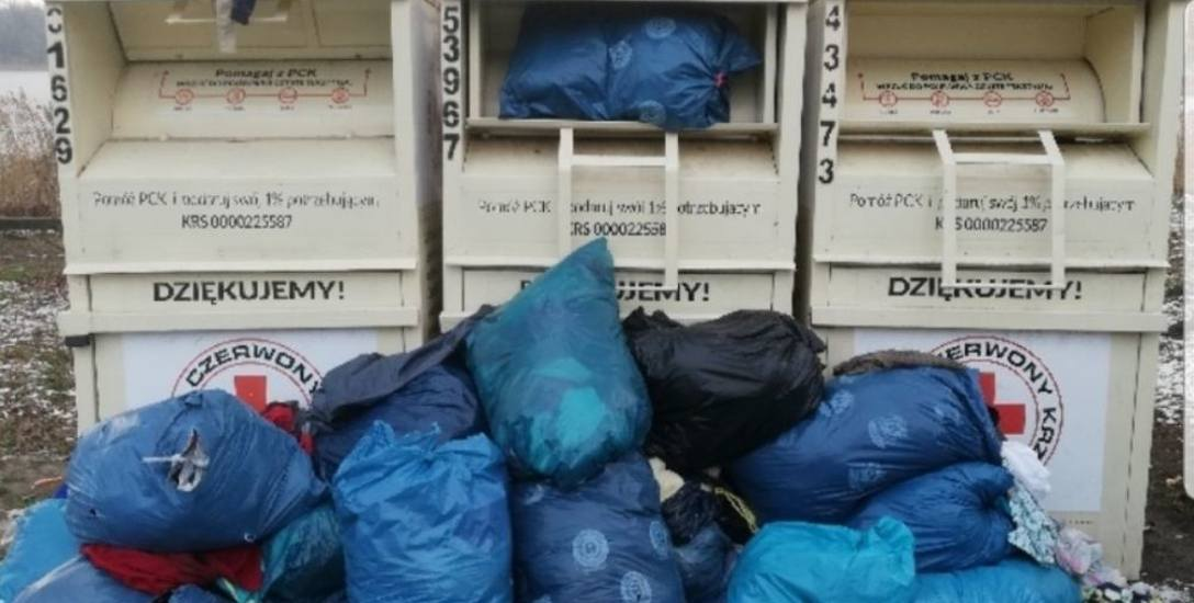 Worki zapełniały całe kontenery, a to co się nie zmieściło, leżało przy nich tworząc hałdy od kilku do kilkudziesięciu worków