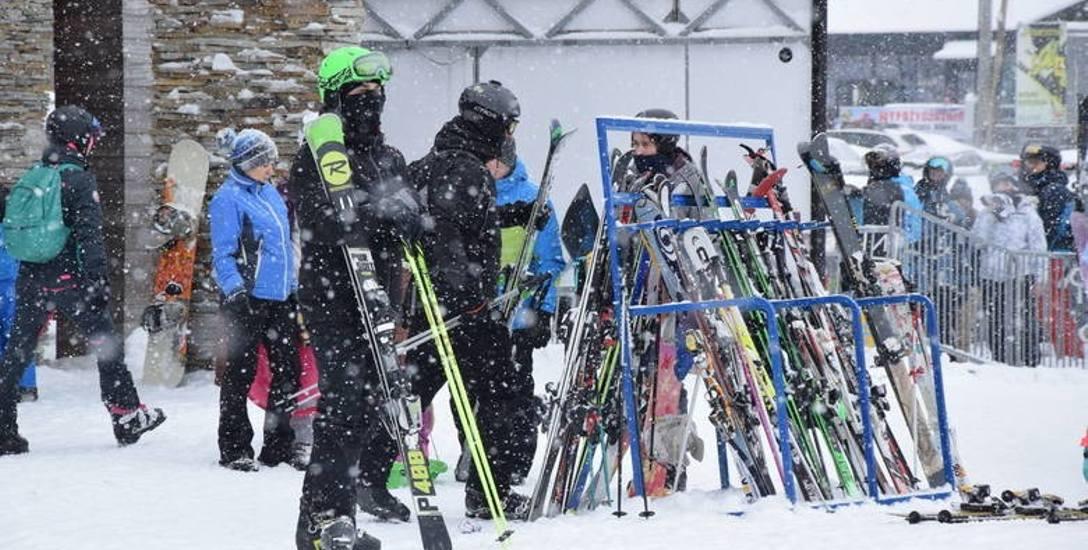 W Beskidach tłumy turystów oblegały narciarskie wyciągi