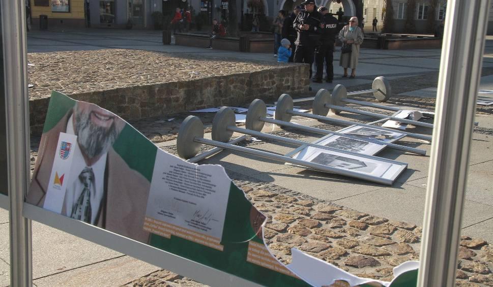 Film do artykułu: W środku dnia wandal zniszczył dwie wystawy na kieleckim Rynku [WIDEO, zdjęcia]