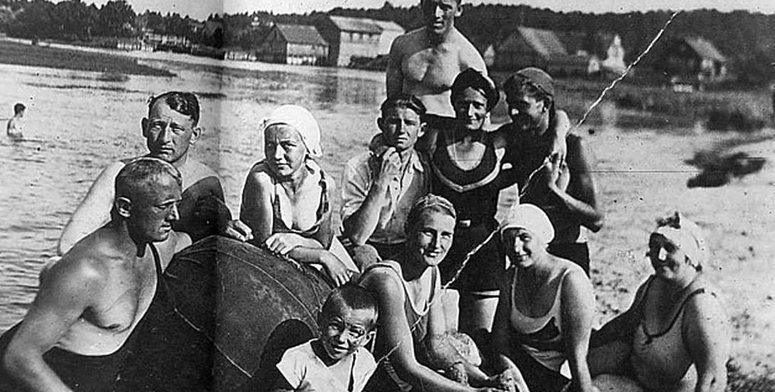 Mniej zamożni korzystali z uroków pobliskich plaż. Chętnie wyjeżdżano do Supraśla, Nowosiółek, Uhowa, Bokin. Na zdjęciu letnisko w Jurowcach.