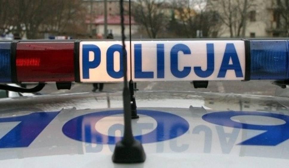 Film do artykułu: Oszust podający się za policjanta miał chrapkę na oszczędności pary seniorów z Kielc. Małżeństwo nie dało się podejść