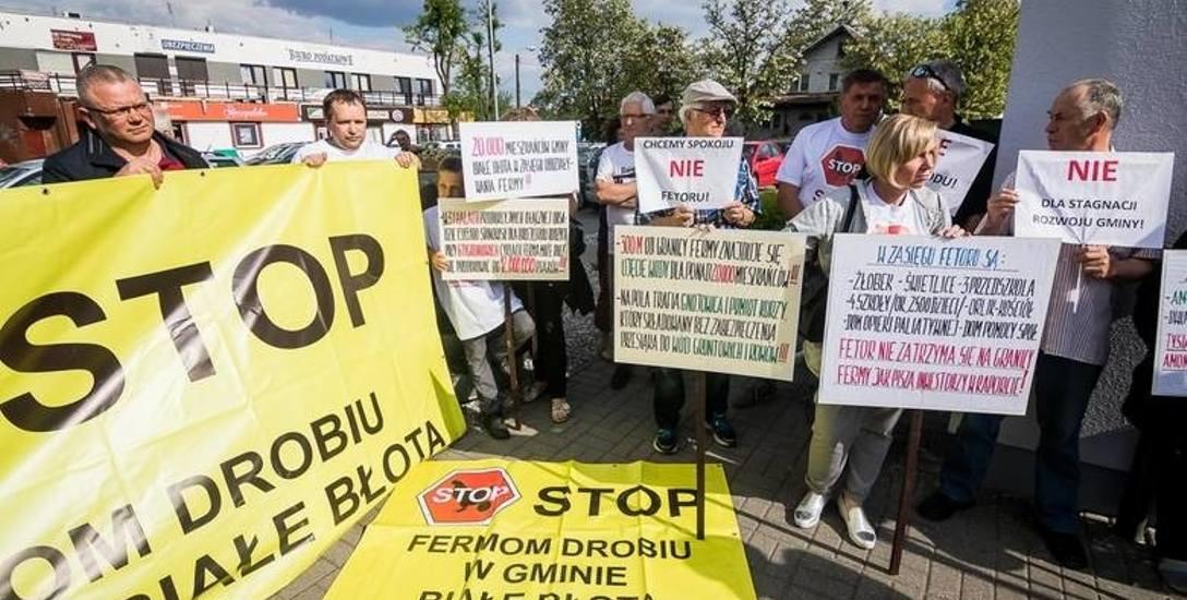 Przeciw rozbudowie fermy protestowali mieszkańcy Białych Błot. Według rządu nowe prawo ureguluje kwestię lokalizacji takich inwestycji. Ekolodzy zaskarżyli