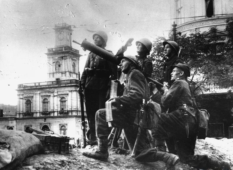 Kiedy Ribbentropp i Mołotow podpisali w Moskwie niemiecko - sowiecki pakt, wiadomo było, że od konfrontacji z Niemcami dzielą Polskę dni, a może tylko
