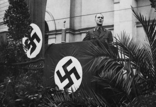 Jesień 1939 r. Werner Kampe, nadburmistrz Bydgoszczy, szef powiatowej NSDAP na trybunie ustawionej przed kościołem pw. św. Ignacego Loyoli