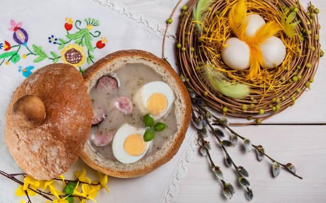 Zarówno żurek, jak i barszcz biały można podać w chlebie. Specjalne chlebki można kupić w sklepie lub upiec samodzielnie. Górę chleba należy odciąć,