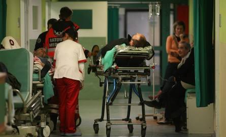 Zbyt mało lekarzy i zbyt wolne tempo przyjmowania pacjentów z karetek - dlatego czekamy na pomoc