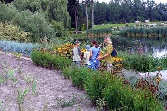 Przeciw fermie norek są nie tylko członkowie stowarzyszenia Przelewice ? Wspólna Sprawa, ale także turyści, którzy latem chętnie przyjeżdżają do ogrodu. Trudno im wyobrazić sobie to miejsce z zapachem innym, niż kwiatowy.
