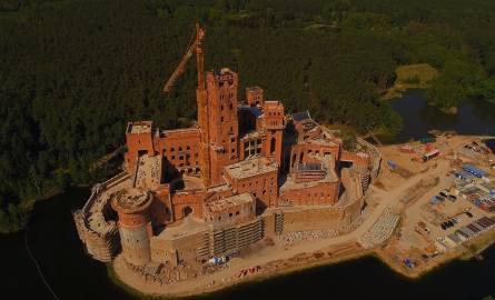 Potężny zamek już góruje nad wsią Stobnica. Mający przypominać średniowieczny kompleks jest już praktycznie na ukończeniu. Ogrom tej inwestycji najlepiej