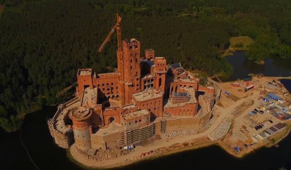 Film do artykułu: Stobnica: Zamek w Puszczy Noteckiej góruje nad lasem. Zobacz film z drona [WIDEO]