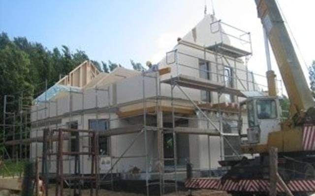 Czas budowy domu prefabrykowanego jest o 75% krótszy od tradycyjnego, murowanego domu, dzięki czemu szybciej można się do niego wprowadzić.