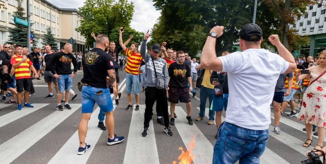 Białostocki Marsz Równości po tym, jak zakłócili go kontrmanifestanci, przekształcił się w uliczną burdę.