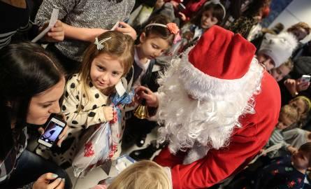 Święty Mikołaj wylądował na lotnisku w Jasionce. Przywiózł ze sobą worek prezentów.