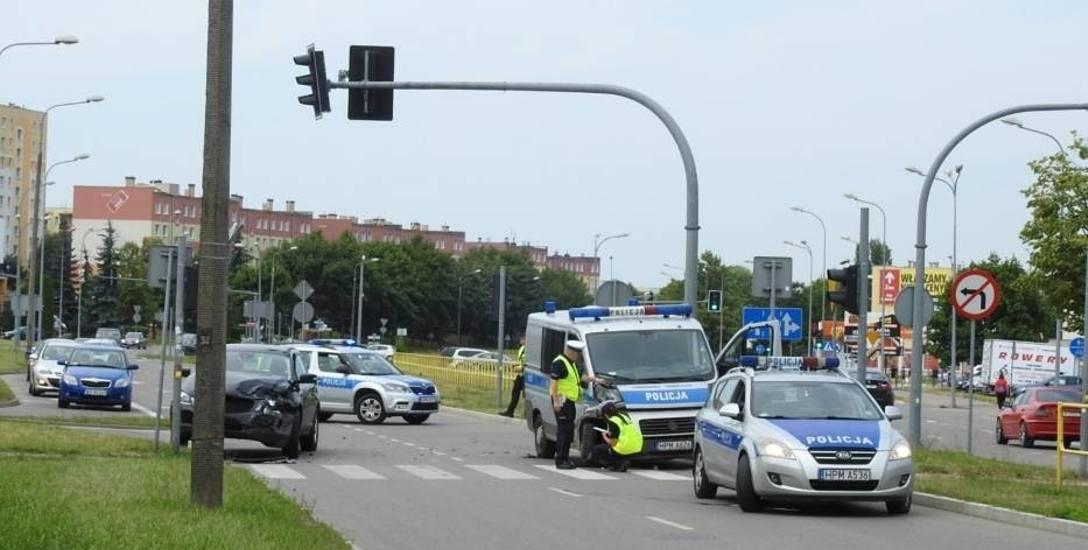 Kobieta poruszająca się czarnym suvem jechała prawidłowo. Policjant wjechał na skrzyżowanie  na czerwonym świetle