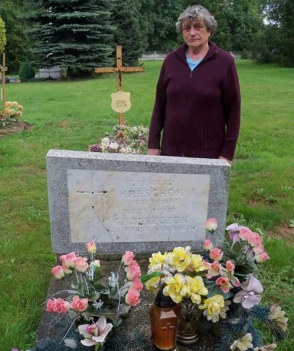 Maria Czajka nad grobem matki i Gerharda