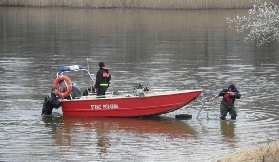 Film do artykułu: Strażacy uratowali rybaka na jeziorze Krosino
