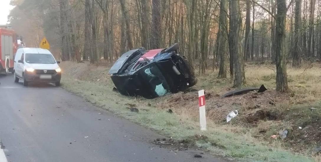 Osobowy volkswagen wypadł z drogi i dachował.