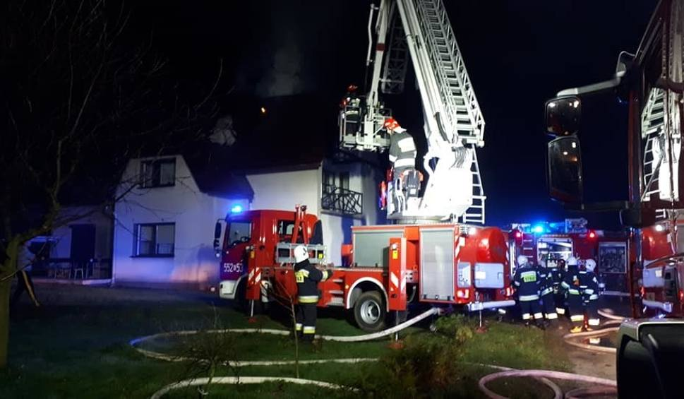 Film do artykułu: Roczyny. Nocny pożar na poddaszu domu. Zapaliły się sadze w kominie