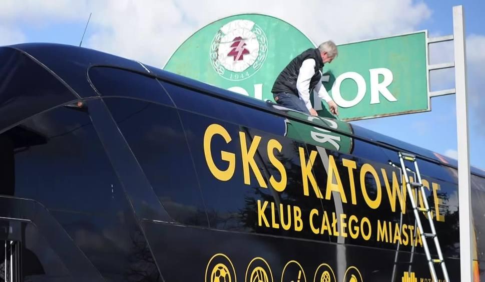 Film do artykułu: Piłkarze GKS-u Katowice mieli problemy jeszcze przed wejściem na boisko. Ich autokar utknął w bramie