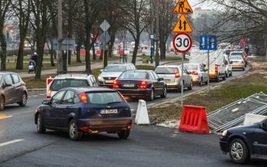 Przebudowywane skrzyżowanie Wojska Polskiego i Szarych Szeregów oznacza dla kierowców drogę przez mękę. Jak długo trzeba będzie korzystać z tymczasowych