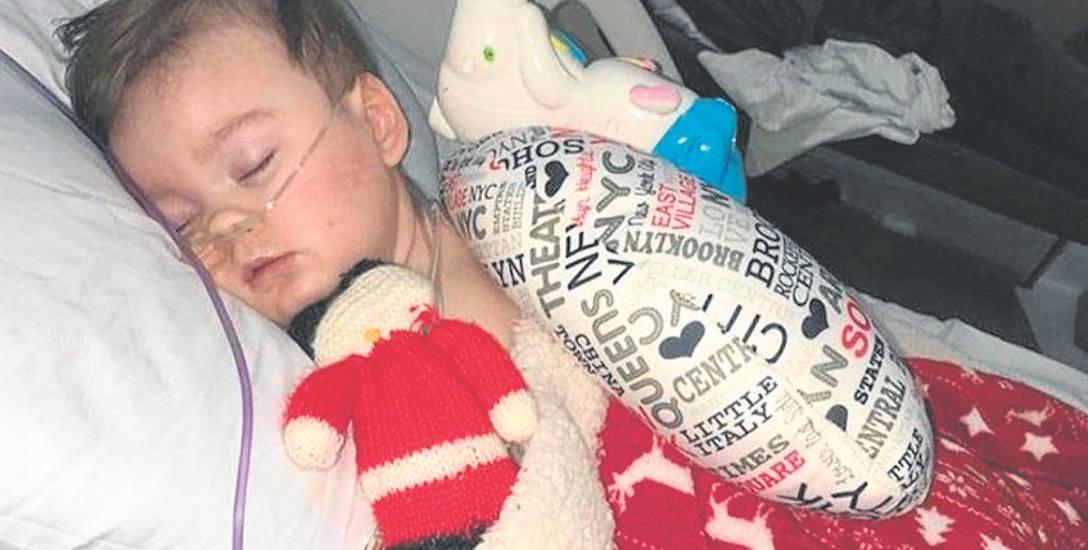 Alfie Evans przebywał w szpitalu od grudnia 2016 r. Od jego łóżka nie odstępowali rodzice, którzy walczyli o to, aby nie odłączać go od aparatury. Przegrali,