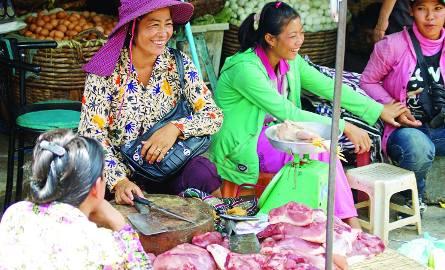 Handel mięsem na ulicach Phnom Penh to tradycja. Zatruciom pokarmowym zapobiegają odpowiednie przyprawy.