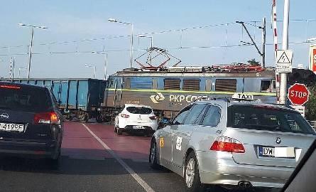 Horror na Strzegomskiej. Rogatki nie działają, pociągi przejeżdżają, a kierowcy się boją [FILM]