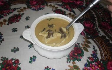 Zupa grzybowa z pierożkami z kaszą gryczaną Koła Gospodyń z Białki.