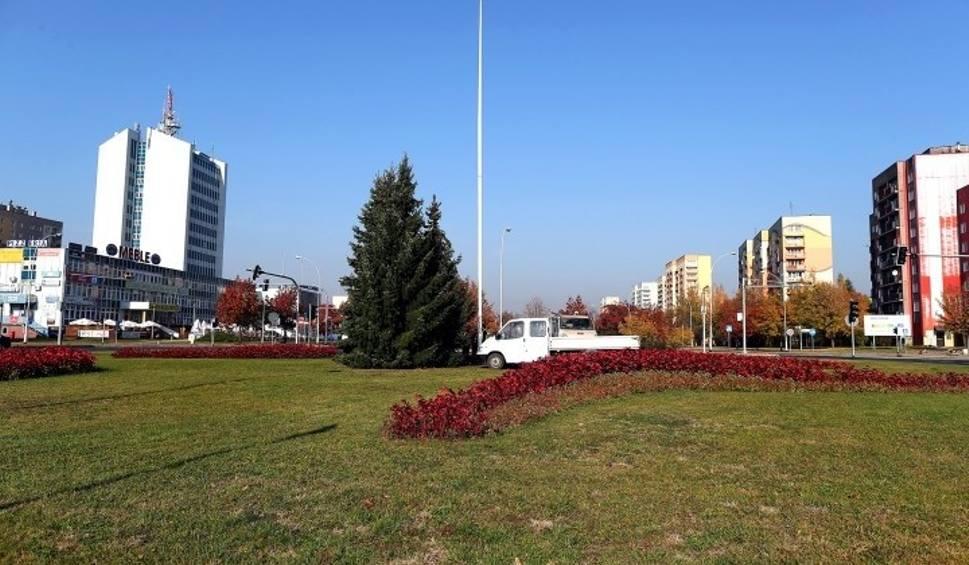 Film do artykułu: Na rondo w Stalowej Woli wrócił narodowy maszt, teraz czekanie na flagę