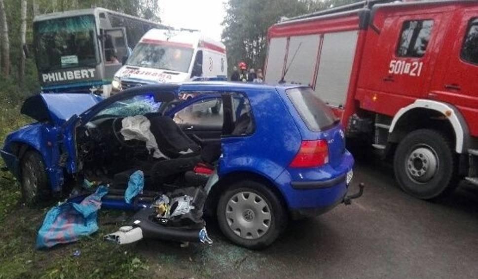Film do artykułu: Wypadek w gminie Rytwiany. Zderzyły się osobówka i autobus