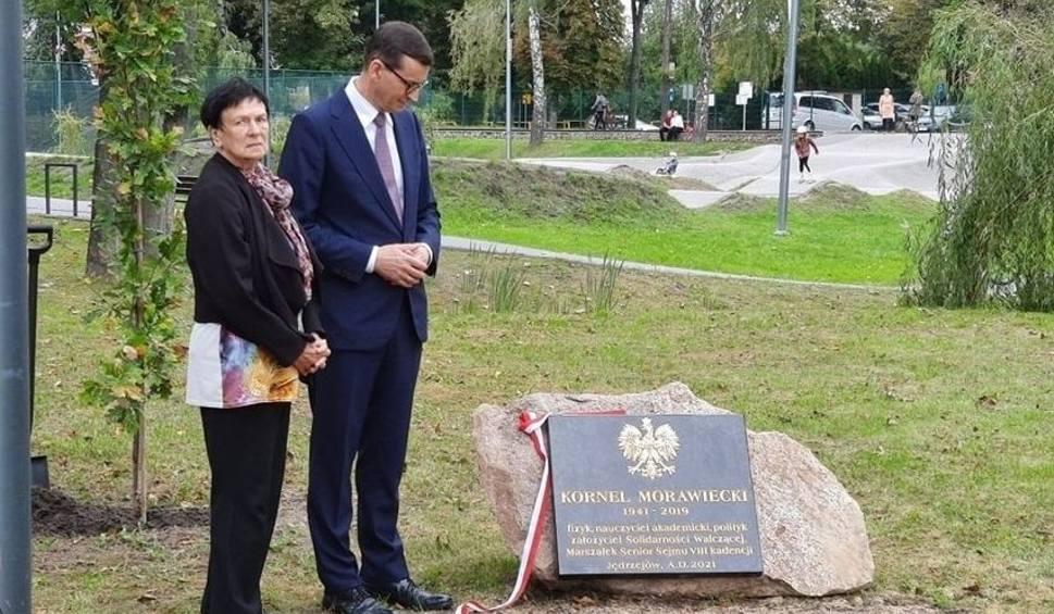 Film do artykułu: Premier Mateusz Morawiecki z wizytą w Jędrzejowie. Była z nim mama i siostra. Odsłonili tablicę poświęcona ojcu. Zobaczcie zdjęcia