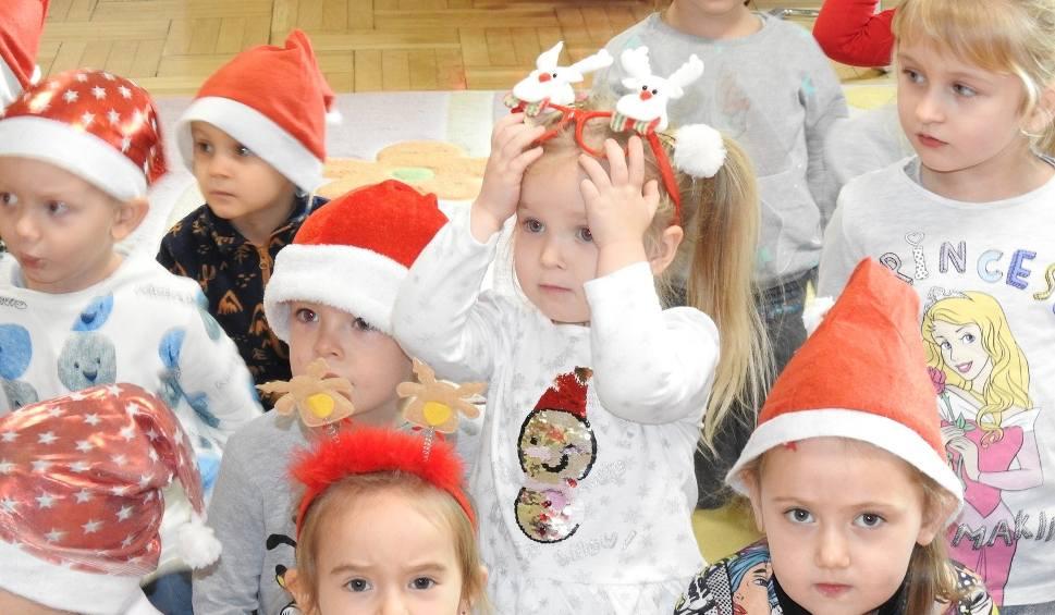 Film do artykułu: Małkinia Górna. Mikołaj na motocyklu w przedszkolu, 6.12.2019. Miał trzynastu pomocników, rozdał 210 paczek. Zobacz zdjęcia i wideo