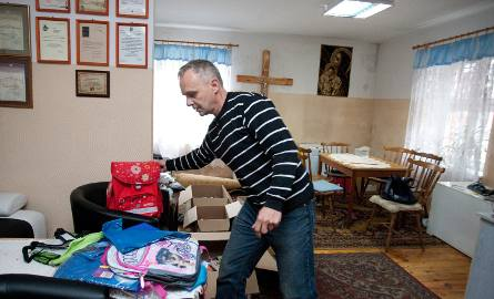 Zamiast o kwiaty młoda para poprosiła gości o przybory szkolne dla ubogich dzieci. Nowożeńcy przekazali je Caritasowi.