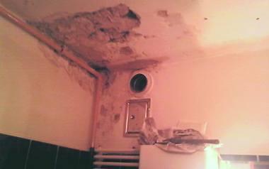 Mieszkaniec bloku Spółdzielni Mieszkaniowej Czyn walczy o naprawę łazienki nad nim