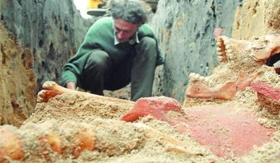 Archeolog Wojciech Siwiak wśród odnalezionych szczątków w Fordonie