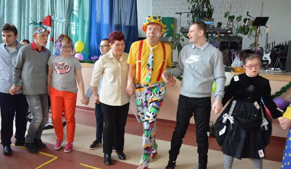 Film do artykułu: Wielki bal karnawałowy Zespołu Szkół Specjalnych w Ostrowcu. Gościem był Klaun Fred [ZDJĘCIA, WIDEO]