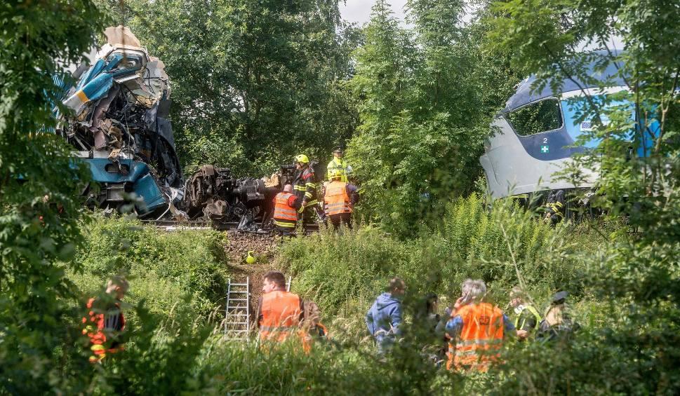 Film do artykułu: Czechy: katastrofa dwóch pociągów pasażerskich. Co najmniej trzy osoby zginęły, ponad 40 zostało rannych