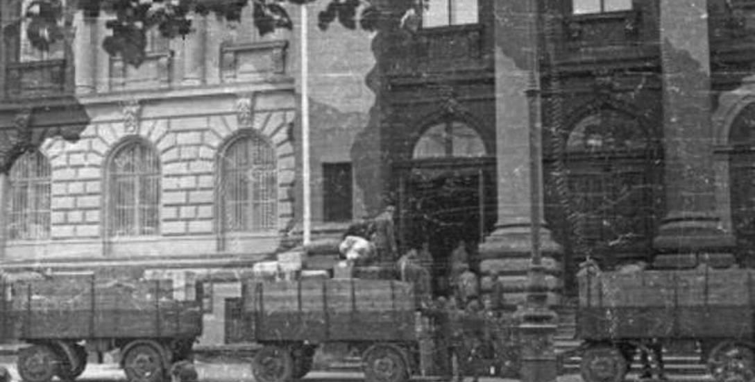 Grabież zbiorów Towarzystwa Zachęty Sztuk Pięknych w Warszawie, 1944. Miesiąc przed powstaniem warszawskim: Niemcy ładują na ciężarówki dzieła sztuki